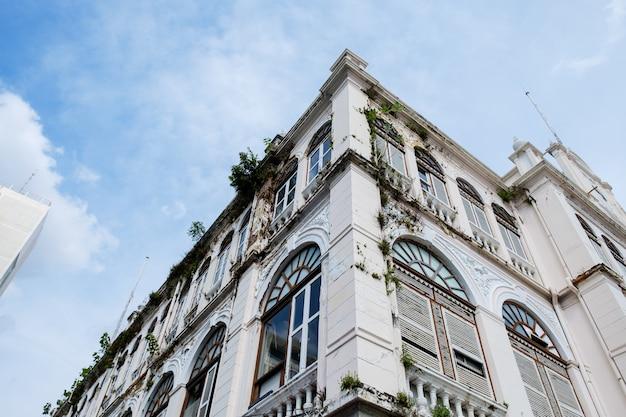Вид снизу некоторых зданий в центре бангкока