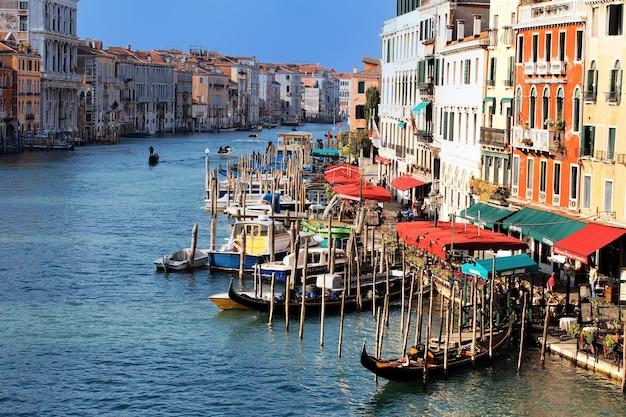 Вид с моста риальто в венеции, италия