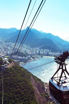 Вид со станции канатной дороги на гору сахарная голова в рио-де-жанейро, бразилия