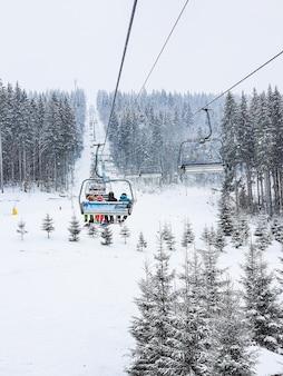 スキーリゾートのコピースペースのチェアリフトからの眺め