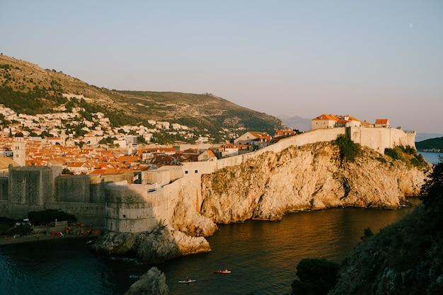 Вид от форта ловриенац до стены старый город дубровник в хорватии путешествия фон