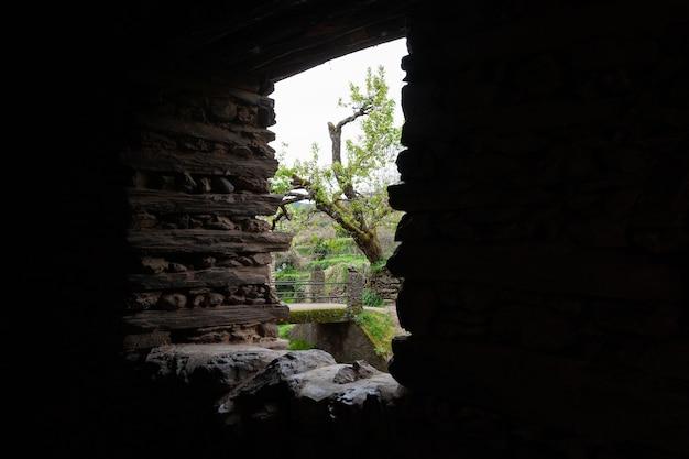 壁に作られた窓から通りの通路またはトンネルの1つの内側からの眺め