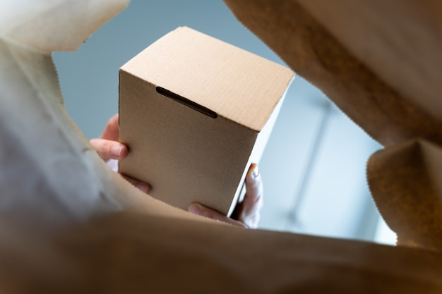 クラフトパッケージ内からの眺め。モックアップのロゴのための空白のボックス。配送コンセプト