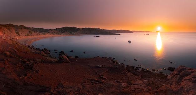 Взгляд от бухт macarella и macarelleta в острове менорки, испании.