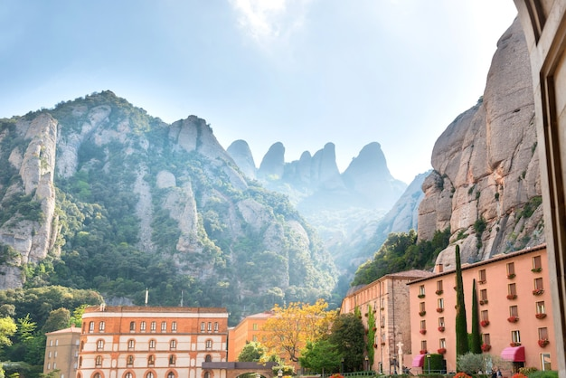 モンセラート修道院からの眺め、サンタマリアデモンセラートは、スペイン、カタルーニャ、バルセロナの近くのモンセラート山にあるベネディクト会修道院です。