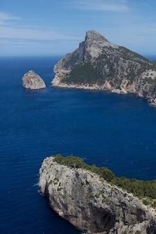 Vista dalle montagne al mare e alle rocce di palma di maiorca