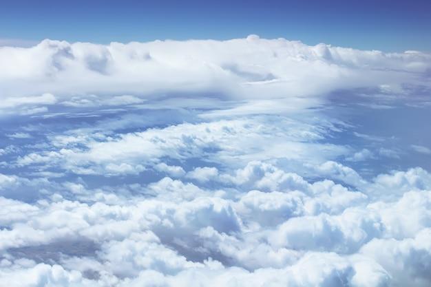 비행기 창에서 보기. 적운 구름이 있는 아름다운 하늘 풍경