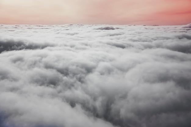 비행기 창에서 보기. 하얀 적운 구름과 함께 화려한 일몰