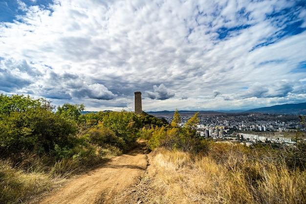 Вид с точки зрения над черепашьим озером на сванетскую башню и город тбилиси, грузия