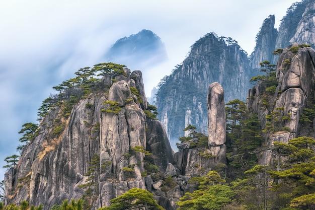 황산 산의 상쾌한 테라스에서 바라본 풍경