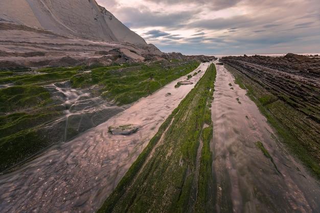 ズマイアのフリッシュ地質公園のサコネタからの眺め。岩のエクストランジュ形式のため、有名なビーチ。バスクの国で。