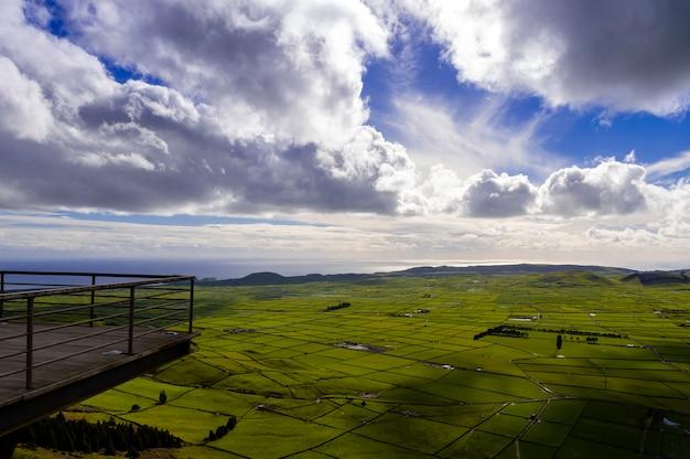 Вид со смотровой площадки серра-ду-кум в терсейра, остров азорские острова, португалия