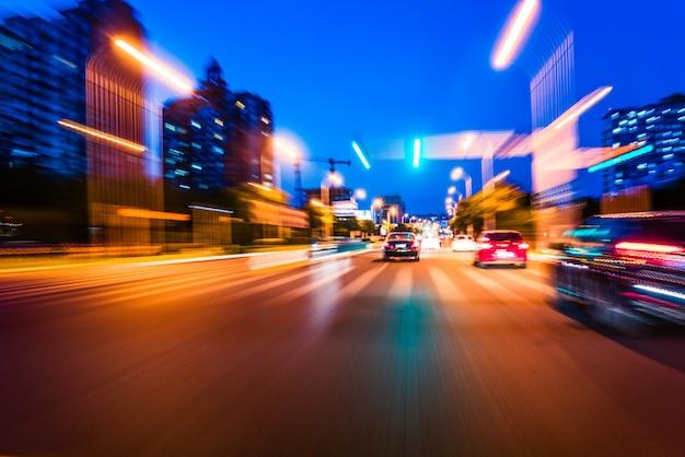 Вид со стороны автомобиля, идущего вокруг угла, размытое движение
