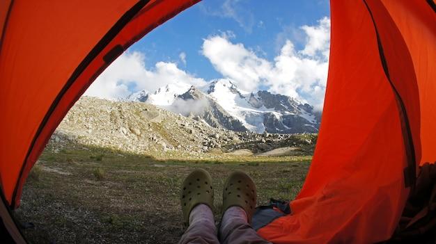 Elbrus 산 근처 코카서스 산맥에 텐트에서보기