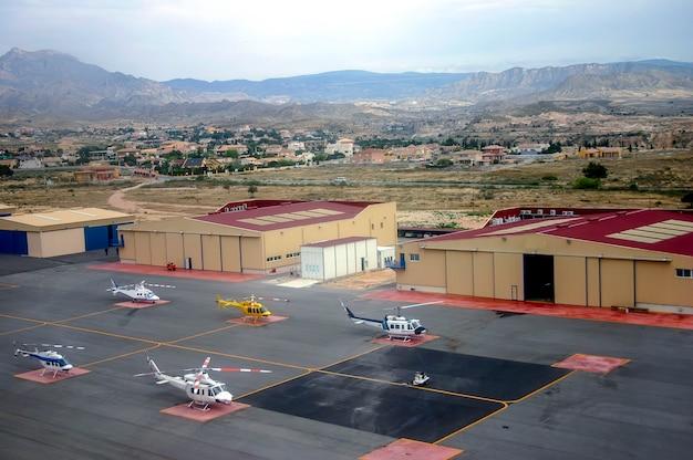 여러 헬리콥터와 항공기 격납고가 있는 알리칸테 스페인 헬기장 공중에서 바라본 전망