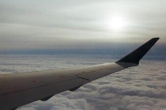 Вид из окна самолета, синий океан