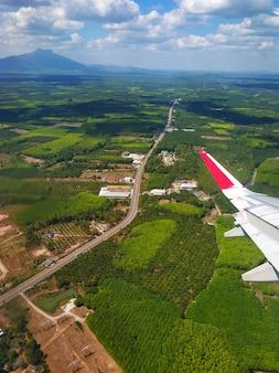 飛行機の窓から地面までの眺め