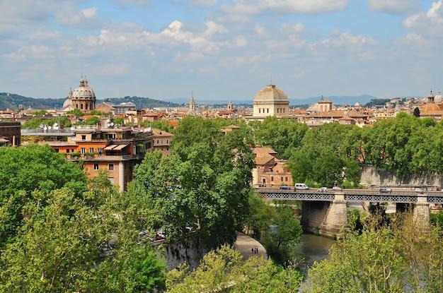 アヴェンティーノの丘からイタリアのローマのドーム橋の屋根とテヴェレ川までの眺め