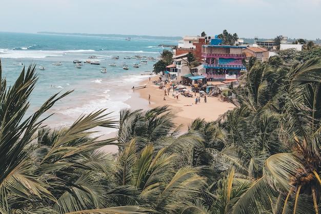 スリランカのヒッカドゥワ市のインド洋沿岸のバルコニーからの眺め。観光とレジャーの概念。