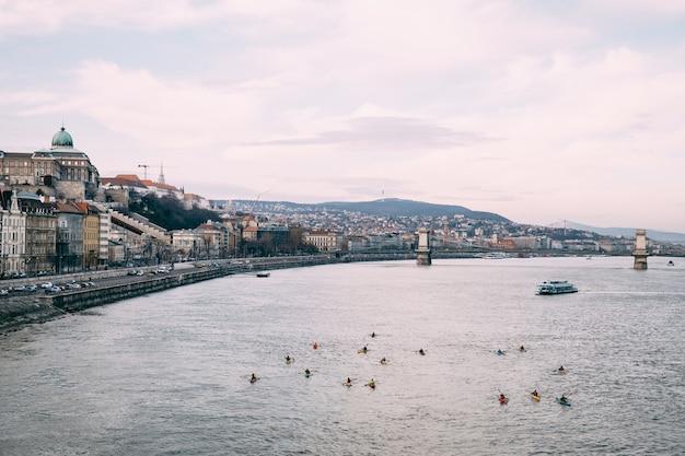 曇りを背景にブダペストのドナウ川のパノラマの土手からの眺め