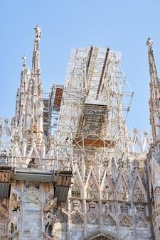 Вид снизу на здание кафедрального собора во время реконструкции фасада здания