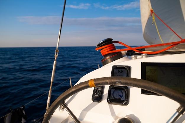 Вид с носовой части катамарана на яхту, плывущую по морю греция европа