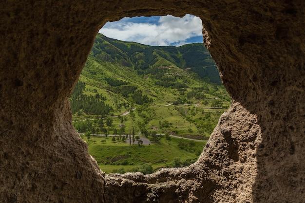 修道院の洞窟からの眺めvardziaジョージアvardziaは発掘された洞窟修道院のサイトです