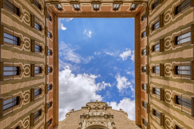 スペイン、カタルーニャのモントセラト サンタ マリア デ モントセラトのベネディクト会修道院にある大聖堂の中庭からの眺め。