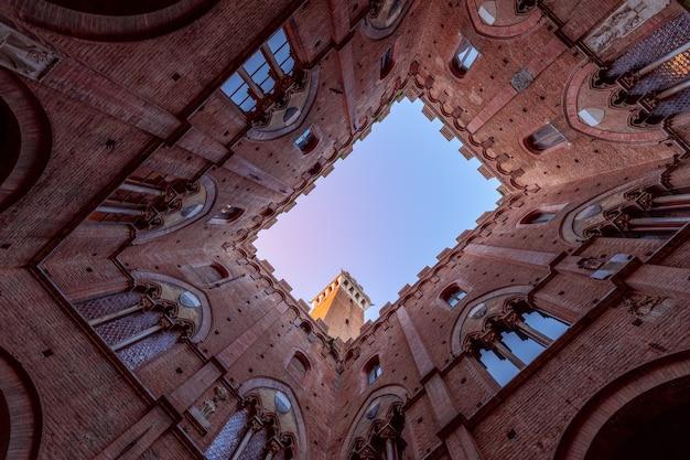 パラッツォパブリックの中庭からマンジャの塔までの眺め。シエナ、トスカーナ、イタリア