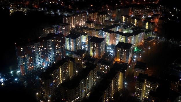 ドローンから夜の街、ウクライナのキエフ地方のイルピン市の色とりどりの高層ビルの眺め。