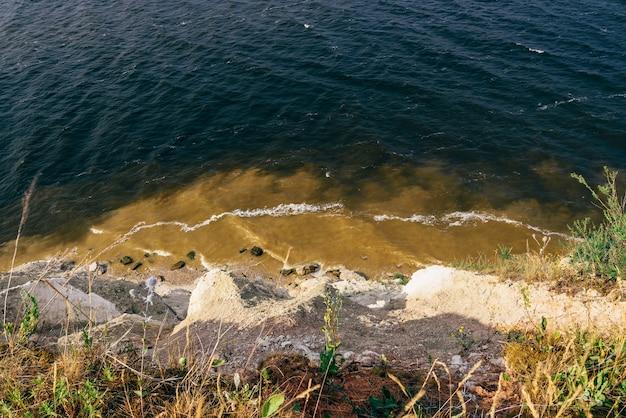 川の崖の端からの眺め