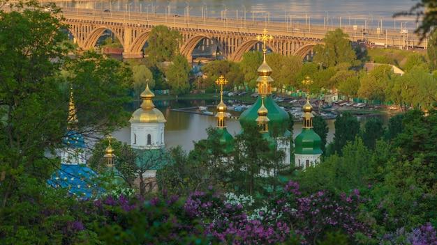 라일락이 만발한 정원에서 키예프 수도원의 돔까지 전망