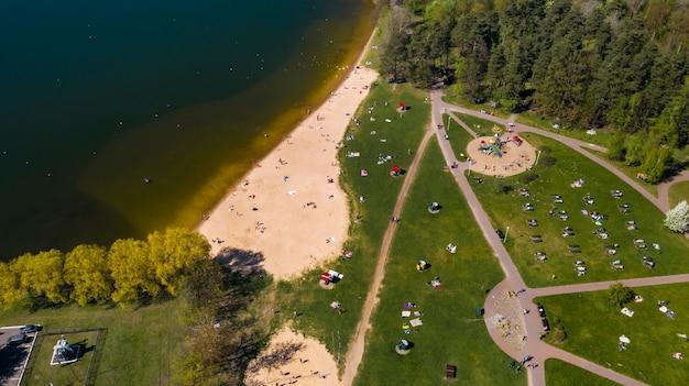 Minsk.belarus의 drozdy에서 해변과 휴가를 즐기는 사람들의 높이에서 보기