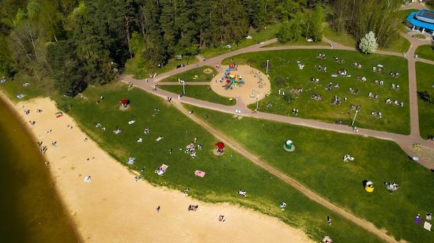 Вид с высоты пляжа и отдыхающих в дроздах в минске, беларусь