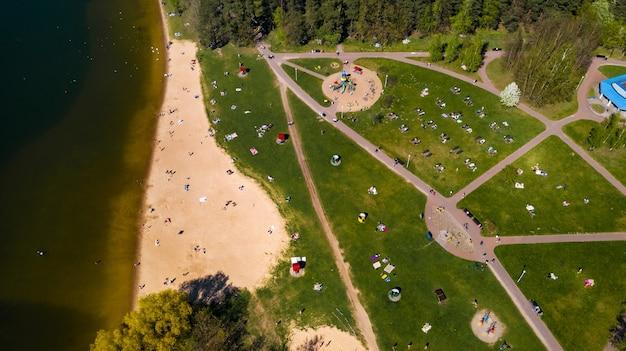 ミンスクベラルーシのdrozdyのビーチと休暇中の人々の高さからの眺め。