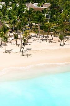 モーリシャス島のインド洋のビーチの高さからの眺め。