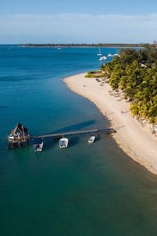インド洋のモーリシャス島の海岸と桟橋の高さからの眺め。