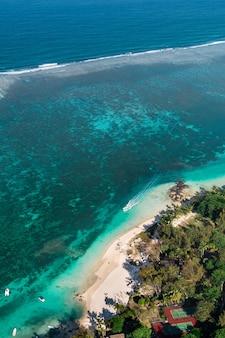 モーリシャス島の東海岸の高さからの眺め。ベルマーレ地域のモーリシャス島のターコイズブルーのラグーンの上空を飛んでいます。