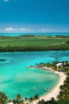 インド洋のモーリシャス島の東海岸の高さからの眺め。モーリシャス島の美しいラグーン、