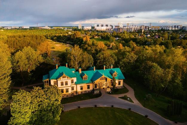 Вид с высоты усадьбы в лошицком парке в минске. вид на лошицкий парк и город минск. усадьба в лошицком парке.