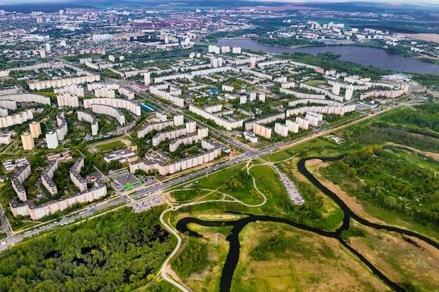 ミンスクの住宅街にある家とロシツキー公園の高さからの眺め、serebryanka.belarusの住宅街にある春のロシツキー公園。