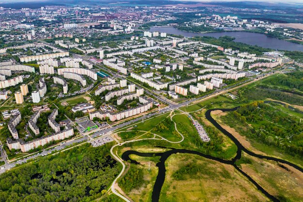 ミンスクの住宅街にある家々とロシツキー公園の高さからの眺め