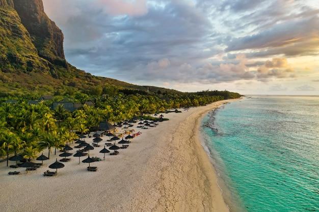 Вид с высоты на остров маврикий в индийском океане и на пляж ле морн-брабант.