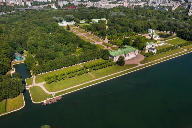 모스크바, 러시아에서 kuskovo 부동산의 높이에서 볼 수 있습니다. kuskovo manor는 모스크바의 여름 거주지 인 xviii 세기의 독특한 기념물입니다.
