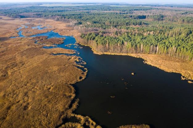 Вид с высоты на озеро паперня в беларуси. природа беларуси