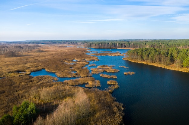 Вид с высоты на озеро паперня в беларуси.