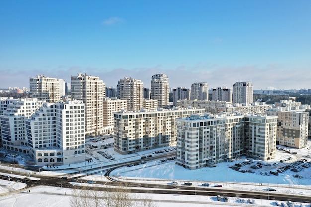 冬のミンスク市の新しい小地区の高さからの眺め