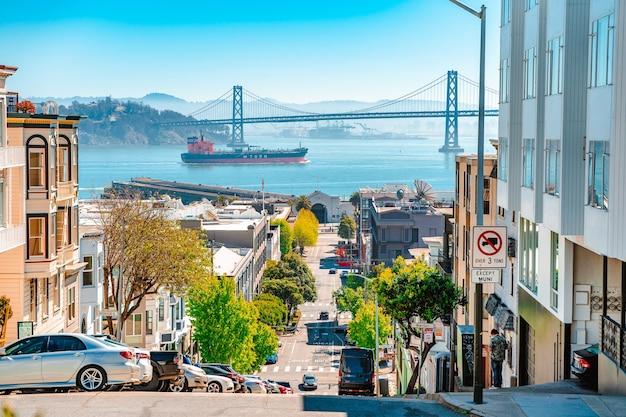 オークランドベイブリッジとサンフランシスコの街の高さからの眺め