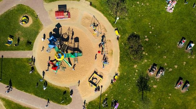 Minsk.belarus의 drozdy에 있는 놀이터 및 휴가 중인 사람들의 높이에서 보기