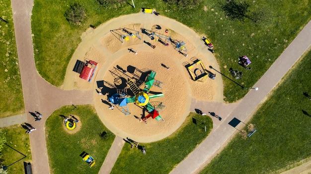 Вид с высоты на детскую площадку и отдыхающие люди в поселке дрозды в минске, беларусь